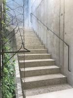 Schody z bílého betonu ve Šporkovském paláci
