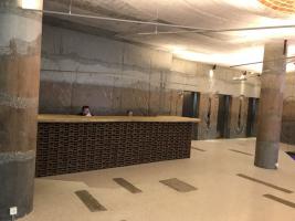 Stěny z barevných betonových pruhů ve vstupním patře paláce DRN