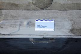 Obr. 11: Trhlina nad spojem fóliových plechů