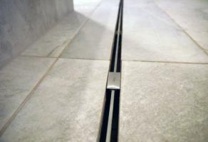 Liniové odvodnění wellness centra pomocí žlábků Viega Advantix (foto: Viega)