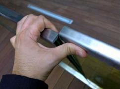 Obr. 4: Chybně umístěná ochranná lišta na hraně tabulí skla