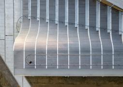 Jako finální povrch části amfiteátru a celé části střechy byla navržena dřevěná podlaha
