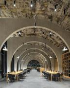Klenby uvnitř vinařství navazují na archetyp vinných sklepů a na modul vinice