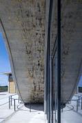Masivní klenba budovy je z betonu v surové formě. Jedním z hlavních požadavků investora a architektů bylo použít pro pohledové betonové konstrukce co nejsvětlejší odstín materiálu bez přidaného pigmentu
