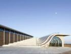 Zvlněná krajina vinohradů inspirovala betonovou vlnu