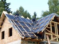 O tom, jak správně provést fólii, která bude mít funkci provizorního zakrytí střechy, hovoří Pravidla pro navrhování a provádění střech ČR (2014)