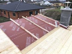 Vzhledem ke sklonu střechy a typu krytiny je střecha technicky dokonale dimenzována : pojistně hydroizolační vrstva, větraná mezera tvořena distanční latí, dřevěné bednění, podkladní pás DELTA-THERM, falcovaná hliníková krytina