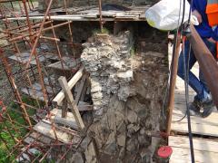 Obr. 7 Založení zbytku parkánové zdi u severovýchodního nároží po odhalení základové spáry