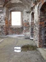 Obr. 2b: Vnitřní část paláce, r. 2016: betonový povrch zadržoval vodu, ta prosakovala do suterénu spárou mezi asfaltovou izolací.