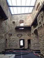 Obr. 5: Stav zdiva po konzervaci, zbytky kleneb chráněny olověným plechem. Zastřešení vloženo do novodobé části koruny zdi, distance mezi stěnami umožňuje vertikální proudění vzduchu. Odvodnění střechy pomocí ocelových trub, duben 2020.