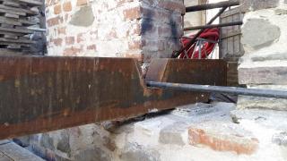 Kotevní detail súpravou ocelového trámu vmístě kolize slanovým ztužením zdiva
