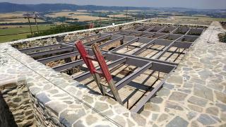Montáž střešní ocelové konstrukce nad rytířským sálem