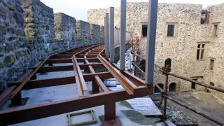 Montáž ocelové konstrukce ochozu po hradební zdi