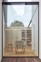 Dvě nové stavby propojuje prosklený krček. Jeho střešní plášť byl vytvořen v maximálně možných formátech skla, aby se minimalizovaly spoje skleněných ploch