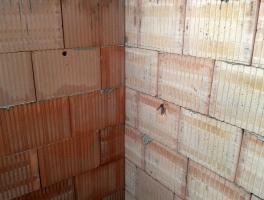 Ukázka výhod technologie broušeného zdiva Profi – bezproblémová návaznost obvodové a meziobjektové akustické stěny řadového domu