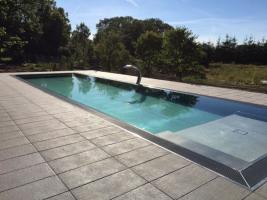 Bazén s dlažbou ALMA se může vyjímat i na zahradě staré chalupy