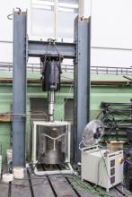 Zkušebna KÚ. Zkušební sestava pro testování stavebních materiálů za vysokých teplot až do 1 000 °C. Zatěžování realizováno hydraulickým systémem. Vysokoteplotní namáhání zajištěno válcovou pecí CLASIC s vyhřívaným prostorem průměru 350 mm a výšky 300 mm (foto: Jiří Ryszawy, VIC ČVUT)