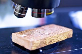 Analýza vzorku keramiky konfokálním 3D rastrovacím mikroskopem LEXT OLS3000 (foto: Jiří Ryszawy, VIC ČVUT)