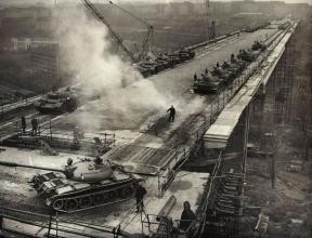 Statická zatěžovací zkouška Nuselského mostu (zdroj: archiv ČVUT)