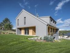 Hliníkové šindele rodinný dům chrání i zdobí