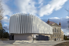 Výukové centrum s přednáškovým sálem bylo navrženo jako převážně železobetonový monoblok tvaru rovnostranného trojúhelníka s oblými vrcholy