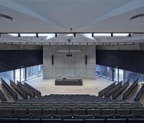 Aréna má díky strmosti tribun výbornou viditelnost stejně jako čistou akustiku