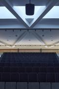 Střechu nese hvězdicovitá ocelová konstrukce