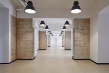 Interiér historické budovy po rekonstrukci – tradiční materiály autoři přiznali včisté formě