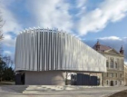 Amfiteátr byl umístěn do stavby zkvalitních betonů
