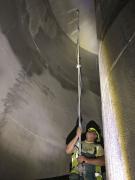 Obr. 12: Aplikace Xypexu Concentrate na vnitřní povrchy velké spádové šachty v novém systému odvodu odpadních vod na Praze 8