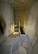 Obr. 7: Velká spádová šachta obsahuje vstupní schodiště pro údržbu na levé straně a točitý splaškový žlab na straně pravé k usnadnění sestupu odpadní vody do spojovacího tunelu v hloubce zhruba 37 m pod povrchem. K ošetření vnitřních povrchů obou kanalizačních šachet byly použity výrobky Xypex Concentrate a Modified