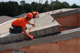 Těžká šikmá střecha HELUZ - kladení stropních panelů