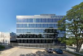 Prosklená krychle technologického centra je zasazena do svahu na jihovýchodním okraji areálu společnosti. Horní čtyři patra jsou viditelná z centra města a vytvářejí nový výrazný prvek v panoramatu města