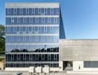 Kancelářská budova a výrobní hala se samozatmavovacími skly a textilní fasádou