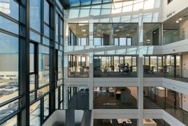 Vnější fasáda a střecha atria jsou vybaveny adaptabilním sklem se stíněním proti slunci. Půdorysy podlaží jsou otevřené a obsahují velké i malé kanceláře, zasedací místnosti i obslužné prostory