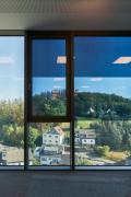 Okna na celou výšku místnosti s elektrochromatickým sklem SageGlass® od společnosti Saint-Gobain jsou rozdělena do tří individuálně ovládaných zón. To lidem umožňuje pracovat kdykoli během dne bez oslnění a užívat si optimální denní světlo za všech povětrnostních podmínek