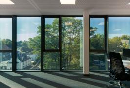 Zaměstnanci se mohou dívat tónovanými skly ven, aniž by byli oslepeni slunečními paprsky