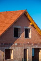 Dům z pálených broušených cihel Porotherm T Profi  s obvodovými stěnami tvořenými jednou vrstvou keramických bloků nepotřebuje dodatečné zateplení (zdroj: Wienerberger)