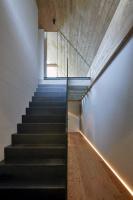 Interiéry jsou homogenní, tvoří kompaktní monolit – prosvětlení přízemí a podkroví u schodiště