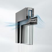Vliv hluku z okolního prostředí na zdraví postupně nabývá na významu. Akustické okno Schüco AWS 90 AC.SI představuje nové řešení, které dokáže odclonit hluk i při pootevření a tedy zároveň zajistit i přirozené větrání (zdroj: Schüco)