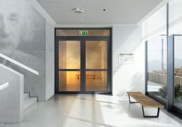 Dveřní systém Schüco FireStop dokáže zabránit šíření plamenů a dýmu mezi jednotlivými patry budovy. V nabídce jsou produkty zaručující 30minutovou nebo 90minutovou ochranu před ohněm a dýmem (zdroj: Schüco)