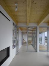 Interiér charakterizuje dřevo a světlé barvy