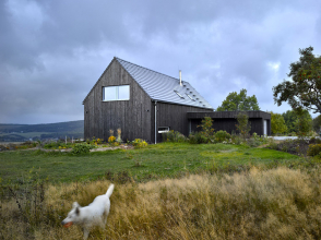 Fasáda domu je z mořeného severského modřínu, okna mají hliníkové rámy. Nosnou konstrukci tvoří zdivo z keramických tvarovek HELUZ Family 25 a doplňujících tvarovek.