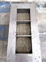 Obr. 2: Forma naplněná do poloviny výšky šedým prostým betonem