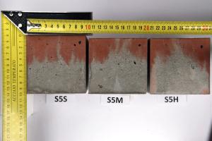 Obr. 5: Vzorky konzistence S5 seřazené podle frekvence hutnění – fotografie vnějšího povrchu stěn