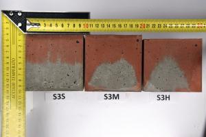 Obr. 6: Vzorky konzistence S3 seřazené podle frekvence hutnění – fotografie vnějšího povrchu stěn
