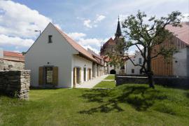 Směrem do dvora a do zahrady má areál fary dvě křídla bývalých hospodářských budov, které byly renovovány a přistavěny