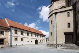 Pozdně barokní průčelí fary do náměstí