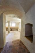 Klenutá místnost s žulovým pilířem uprostřed slouží jako šatna