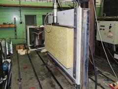 Experiment II – zkouška smykové pevnosti a tuhosti celé desky izolantu MW zatěžované tlakem přes roznášecí desku shora – tento postup může být vhodný pro ověření únosnosti lepeného spoje ve smyku a stanovení jeho minimální plochy